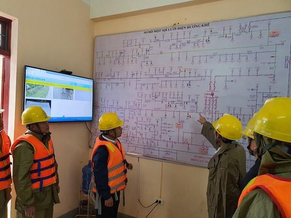 Ông Đinh Quang Chung- Phó GĐ Công ty chỉ đạo xử lý các khiếm khuyết và sự cố tại Điện lực Hương Khê