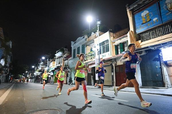 Các chân chạy VPHM 2020 đã bám đuổi nhau ngay từ những km đầu tiên