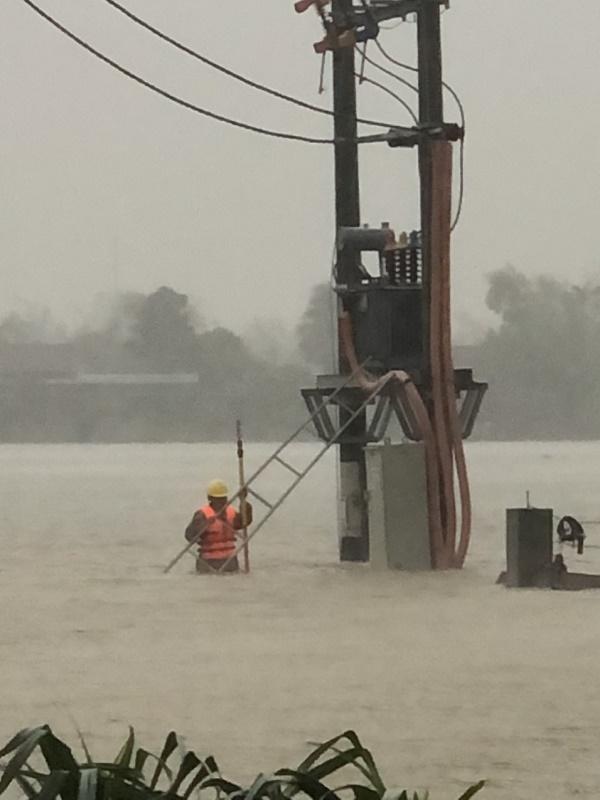 Công nhân Điện lực Thạch Hà tách TBA bị ngập lụt khôi phục đóng điện ĐZ 375E18