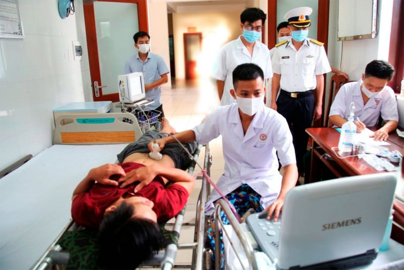 Các y, bác sĩ trung tâm đảo Trường Sa thăm khám cho bệnh nhân Viên