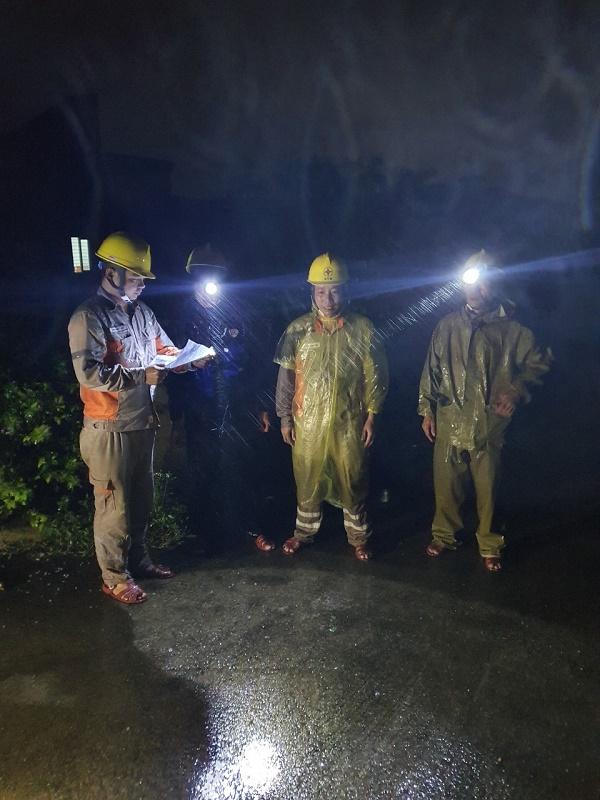 Công nhân Đội QLVHLĐCT xử lý sự cố trong đêm