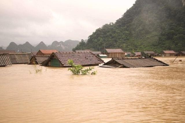 Lũ lụt gây thiệt hại nghiêm trọng ở miền Trung
