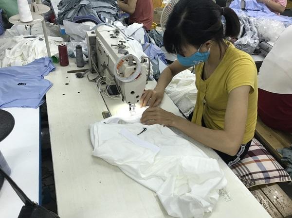 Nữ công nhân đang đang gia công hàng giả tại cơ sở