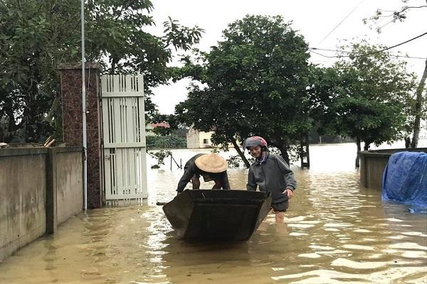 Mực nước dâng cao khiến việc di chuyển của người dân vô cùng khó khăn