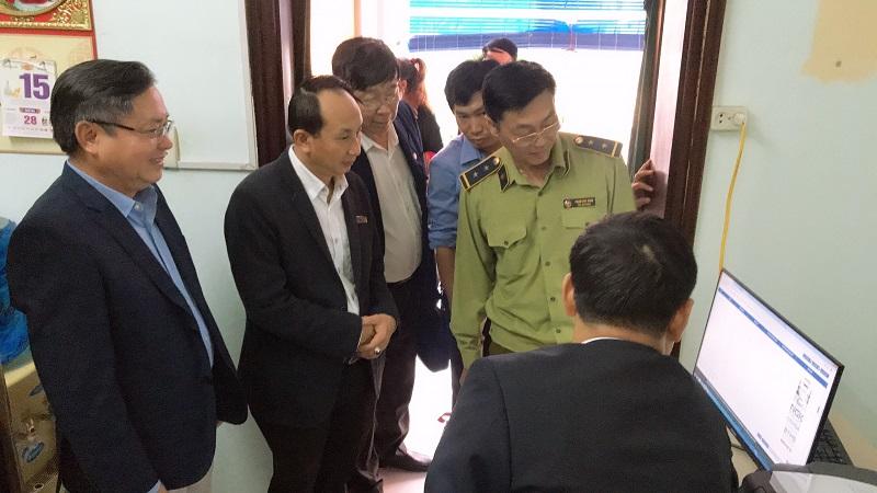 Chuyên viên Viện Khoa học Sở hữu trí tuệ hướng dẫn cách tra cứu Nền tảng IPP tại Trạm IPPlatform đặt tại 80 Quang Trung, Hà Nội
