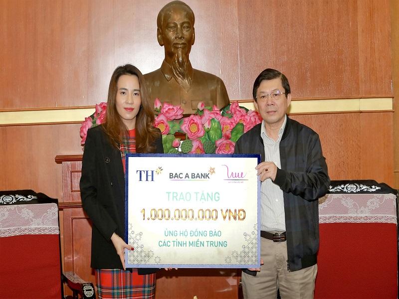 Đại diện tập đoàn TH trao số tiền 1 tỉ đồng ủng hộ đồng bào miền Trung
