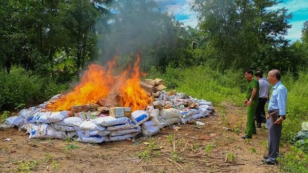 Vĩnh Long: Tiêu hủy gần 15.000 sản phẩm hàng hóa nhập lậu