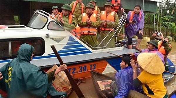Phó thủ tướng Trịnh Đình Dũng tới vùng ngập lụt tại Hà Tĩnh trao hàng cứu trợ, động viên người dân