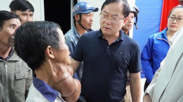 Tổng Biên tập Báo Tiền Phong Lê Xuân Sơn thăm hỏi, động viên người dân xã Lộc An, huyện Phú Lộc.