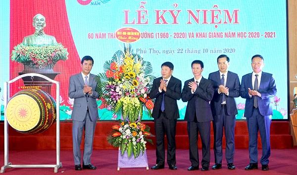 Đồng chí Hồ Đại Dũng - Ủy viên BTV  Tỉnh ủy, Phó chủ tịch UBND tỉnh tặng lẵng hoa chúc mừng Trường Cao đẳng  Y tế Phú Thọ.