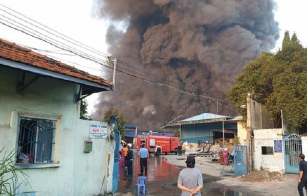 Lực lượng cứu hỏa có mặt tiến hành dập lửa.