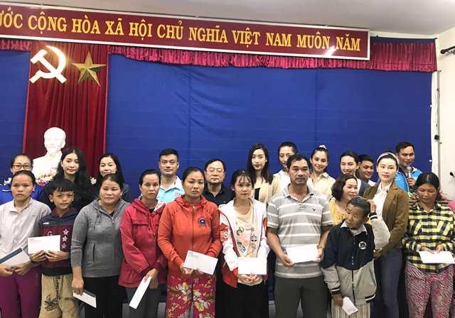 đoàn cứu trợ đồng bào miền Trung do báo Tiền Phong và Cty Sen Vàng phối hợp tổ chức, với sự chung tay của Tỉnh Đoàn TT-Huế cùng nhiều doanh nghiệp, nhà hảo tâm... quyết định về ngay huyện Phú Lộc (TT-Huế) khi trời đã nhá nhem.