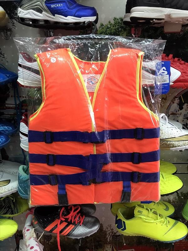 Hiện nhiều cửa hàng trên phố Trịnh Hoài Đức đều cháy hàng áo phao cứu sinh cỡ lớn, nếu có thì giá bán tăng gấp đôi