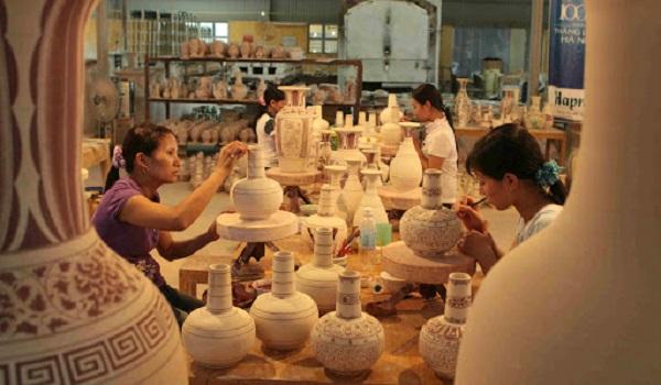 Các nghệ nhân tại xưởng gốm Chu Đậu