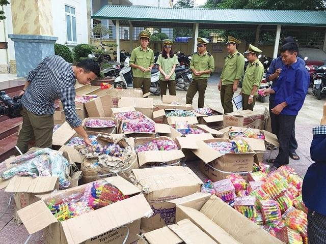 Lực lượng QLTT kiểm tra và thu gữ bánh kẹo nhập lậu từ Trung Quốc