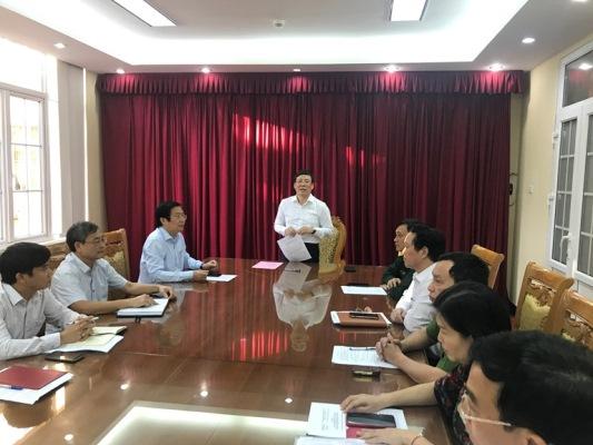 Phó Bí thư Tỉnh ủy, Phó Chủ tịch Thường trực UBND tỉnh Lê Duy Thành trao đổi với các thành viên trong đoàn công tác trước khi lên đường vào miền Trung