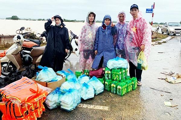 Nhiều nơi tại miền Trung bị ngập sâu trong nhiều ngày dẫn đến thiếu lương thực