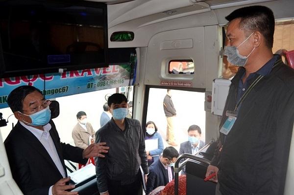 Đôn đốc nhắc nhở hành khách đeo khẩu trang tại bến tàu, bến xe, nhà ga