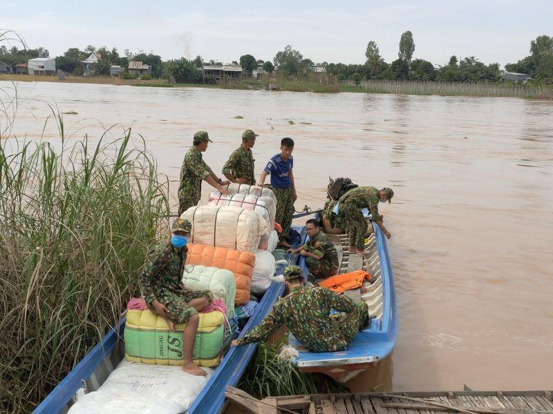 Lực lượng chức năng tiến hành thu giữ lô hàng nhập lậu