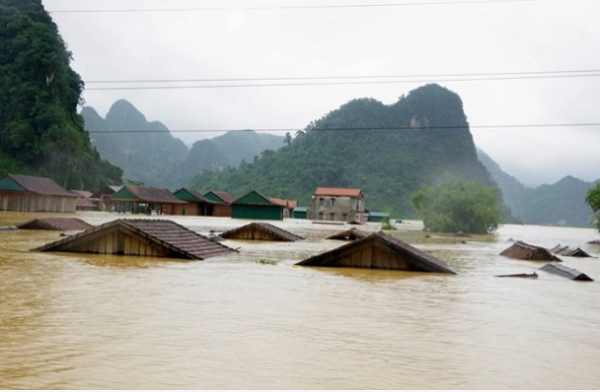 Lũ lụt đã khiến cho hơn 130.000 căn nhà tại miền Trung bị ngập nước