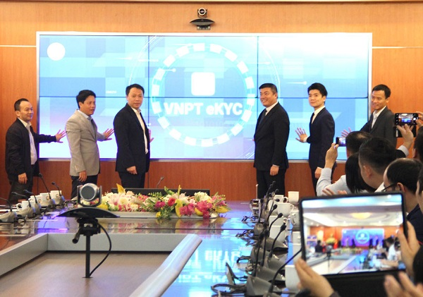 Các đại biểu bấm nút ra mắt Nền tảng định danh điện tử VNPT eKYC