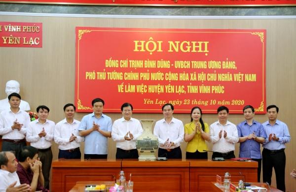 Phó Thủ tướng Chính phủ Trịnh Đình Dũng chụp ảnh lưu niệm huyện Yên Lạc