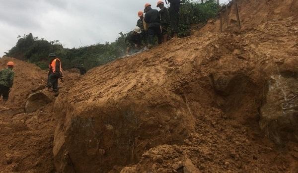 Lực lượng công binh đã đã cơ động đến thực hiện khảo sát, tiến hành khoan nổ phá tảng đá lớn sạt lở xuống nằm án ngữ đường 71