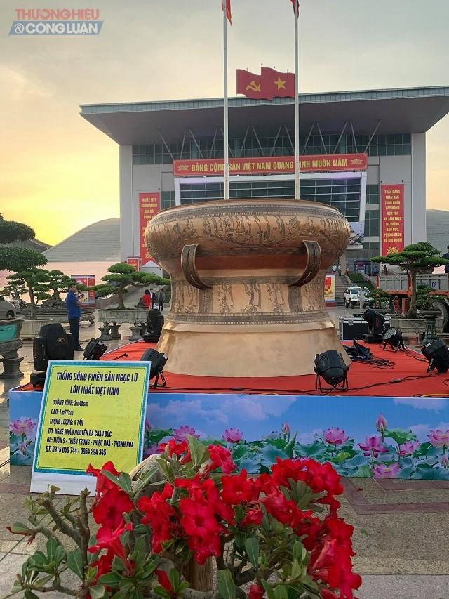 Trống đồng  phiên bản  Ngọc Lũ lớn nhất Việt Nam với đường kính 2m45cm, cao 1m77cm , trọng lượng 4 tấn được trưng bày tại Hội chợ - triển lãm