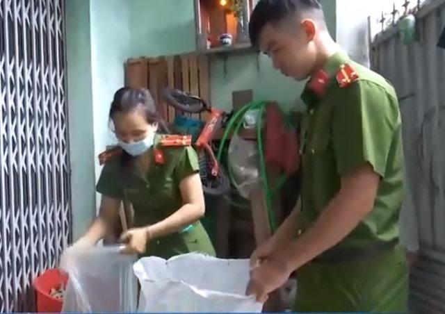 Công an Cẩm Lệ bắt quả tang bà Phạm Thị Hiếu sản xuất đóng gói bột ngọt giả mạo