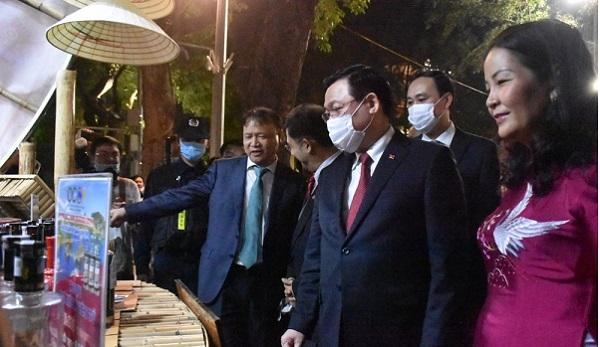 Ủy viên Bộ Chính trị, Bí thư Thành ủy Hà Nội Vương Đình Huệ và các lãnh đạo Bộ, ngành thăm quan các gian hàng tại Tuần hàng