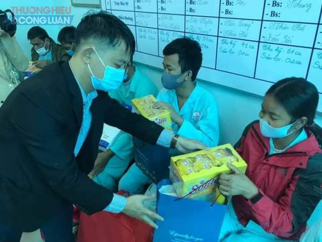 Đại diện các mạnh thường quân trao quà tới các bệnh nhân