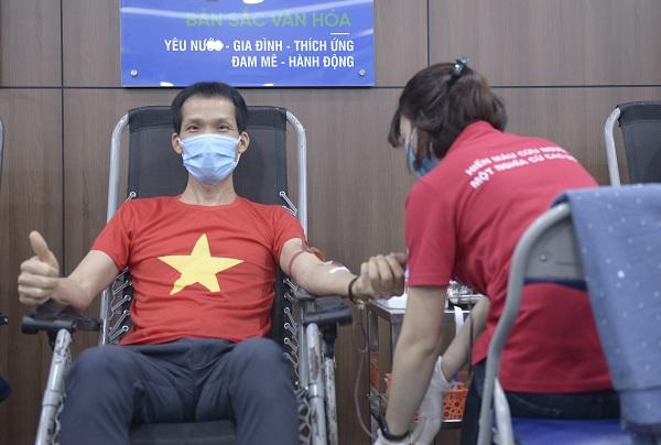 Chủ tịch Tập đoàn CEO Đoàn Văn Bình tham gia hiến máu