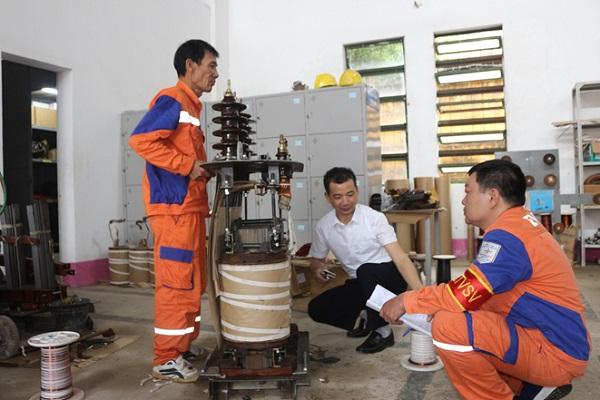 Đội trưởng Đội Thí nghiệm điện và sửa chữa trực tiếp chỉ đạo công tác