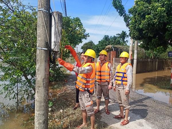 ... và hỗ trợ khách hàng kiểm tra đường dây điện sau công tơ.