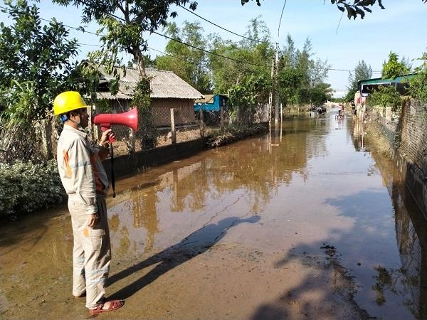 Công nhân Điện lực TP. Hà Tĩnh dùng loa di động trực tiếp đến các khu dân cư để tuyên truyền...