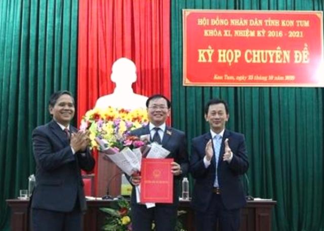 Ông Dương Văn Trang- Bí thư tỉnh Uỷ ( bên trái ) tặng hoa chúc mừng ông Lê Ngọc Tuấn- Tân Chủ tịch UBND tỉnh Kon Tum.
