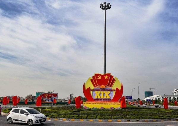 TP Thanh Hóa được trang hoàng cờ Tổ quốc, cờ Đảng, panô, biểu ngữ chào mừng Đại hội Đảng bộ tỉnh lần thứ XIX, nhiệm kỳ 2020-2025.