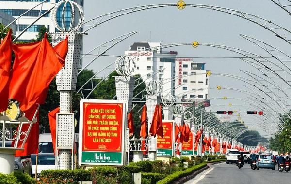Đại lộ Lê Lợi được trang trí cờ hoa, biểu ngữ chào mừng Đại hội Đảng bộ tỉnh lần thứ XIX.