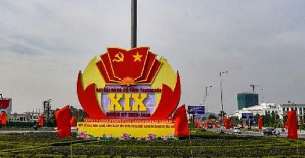 Mô hình cỡ lớn chào mừng Đại hội Đảng bộ tỉnh Thanh Hóa lần thứ XIX được đặt tại các đường lớn dẫn vào trung tâm thành phố.