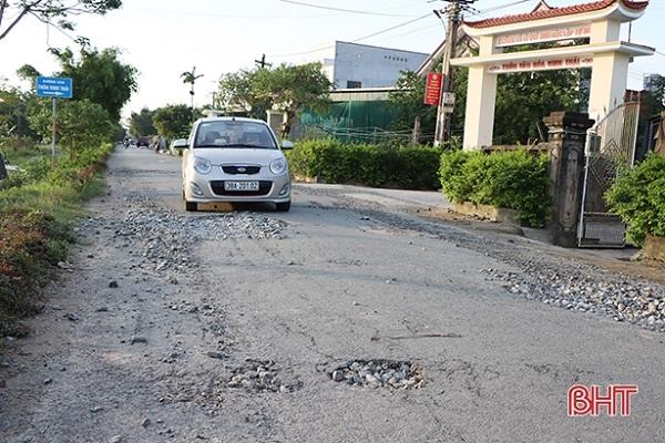 Nhiều tuyến đường bị hư hỏng sau lũ. Theo: Báo Hà Tĩnh