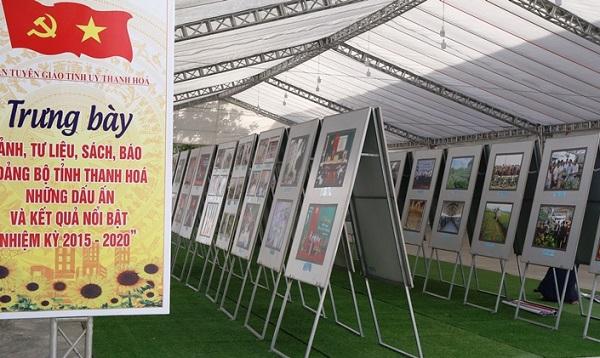"""Khu trưng bày hình ảnh, tư liệu, sách báo """"Đảng bộ tỉnh Thanh Hóa những dấu ấn và kết quả nổi bật nhiệm kỳ 2015 - 2020."""