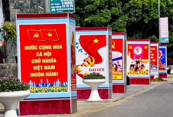 Biểu ngữ chào mừng Đại hội Đảng bộ tỉnh lần thứ XIX treo cao trên các tuyến phố thông tin tới người dân thành phố về các hoạt động của đại hội.