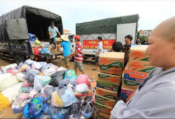 Các tổ chức thiện nguyện khắp cả nước chuyển hàng cứu trợ đến cho người dân vùng lũ (Ảnh TTXVN)