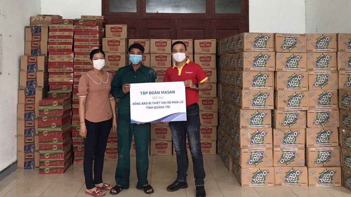 Đại diện Tập đoàn Masan trao quà hỗ trợ cho Hội Chữ Thập Đỏ tỉnh Quảng Trị
