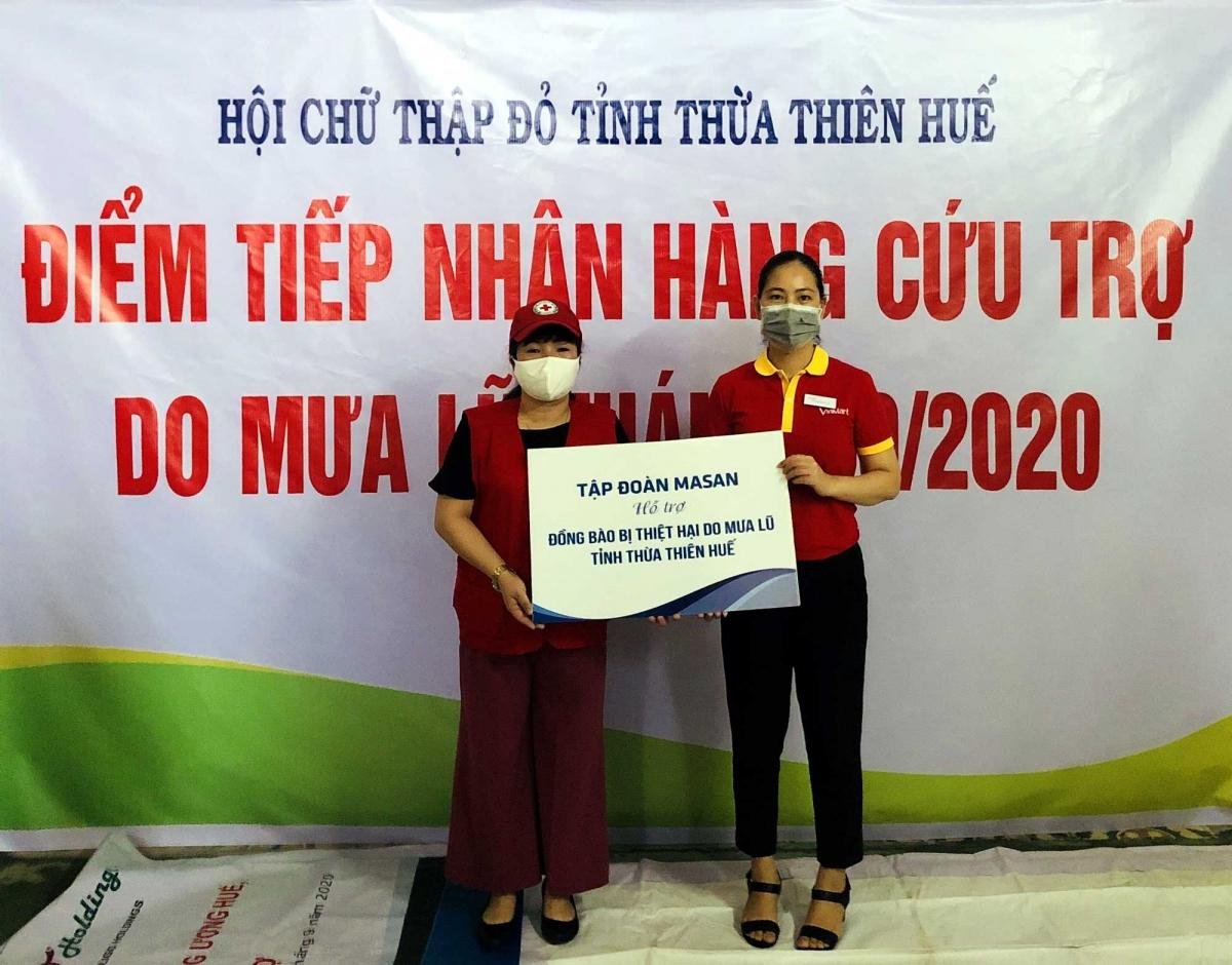 Đại diện Tập đoàn Masan trao quà hỗ trợ cho Hội Chữ Thập Đỏ tỉnh Thừa Thiên Huế