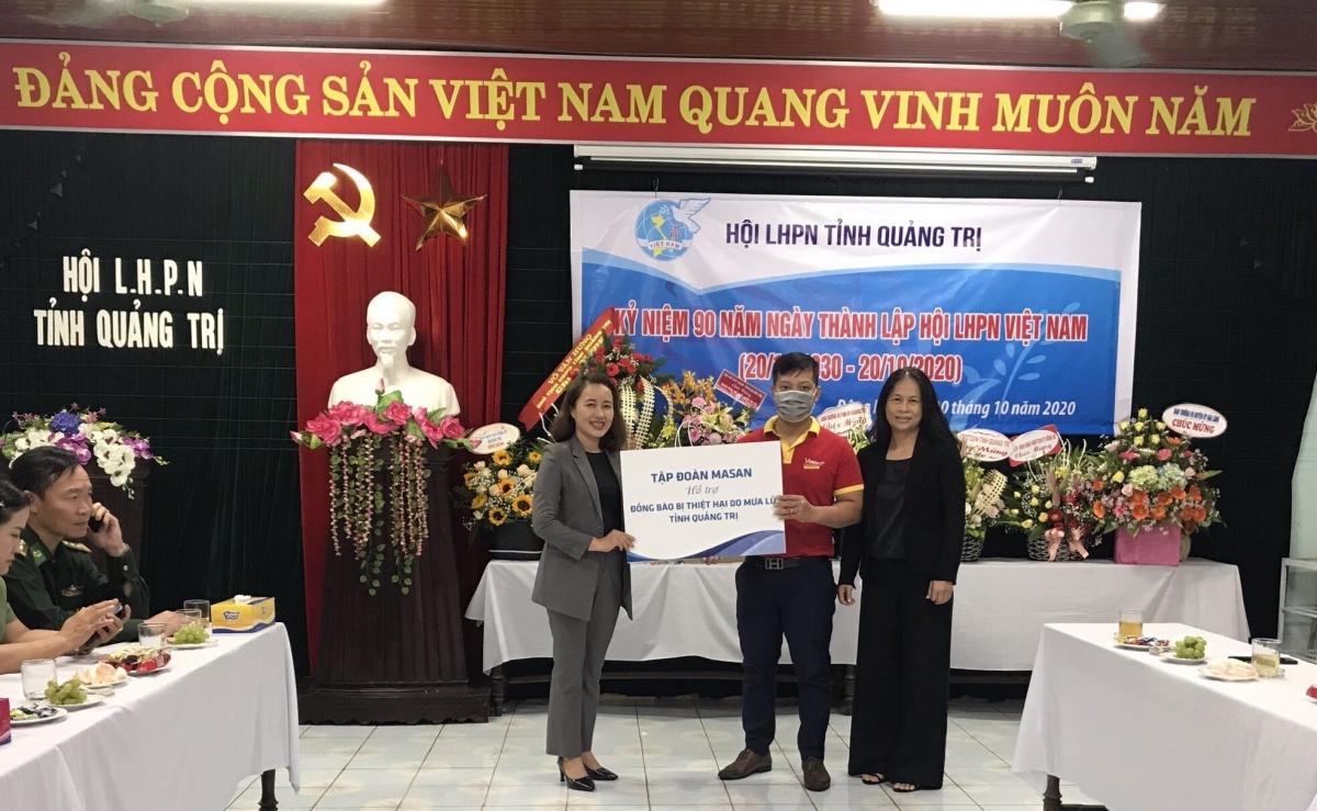 Đại diện Tập đoàn Masan trao quà hỗ trợ cho Hội Liên hiệp Phụ nữ tỉnh Quảng Trị