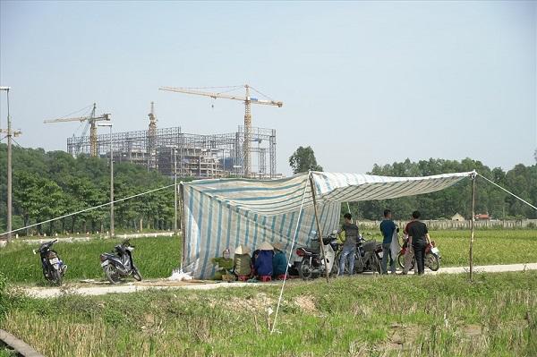 Ngày 24.10, người dân hai xã Nam Sơn và xã Hồng Kỳ (huyện Sóc Sơn, Hà Nội) tiếp tục tập trung, căng bạt ngăn xe rác vào Khu liên hợp xử lý chất thải Nam Sơn (bãi rác Nam Sơn)