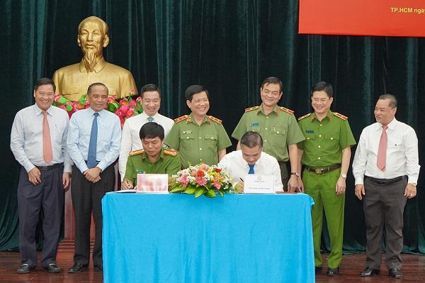 Ông Nguyễn Văn Cường - Phó Chủ tịch Tập đoàn Hưng Thịnh và Đại tá Nguyễn Thanh Hưởng - Phó Giám đốc Công an TP.HCM thực hiện nghi thức ký kết biên bản giao nhận trang thiết bị PCCC và CNCH.