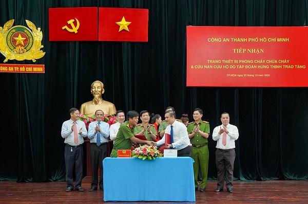 Ông Nguyễn Văn Cường - Phó Chủ tịch Tập đoàn Hưng Thịnh và Đại tá Nguyễn Thanh Hưởng - Phó Giám đốc Công an TP.HCM thực hiện nghi thức ký kết biên bản giao nhận trang thiết bị PCCC và CNCH (tt).