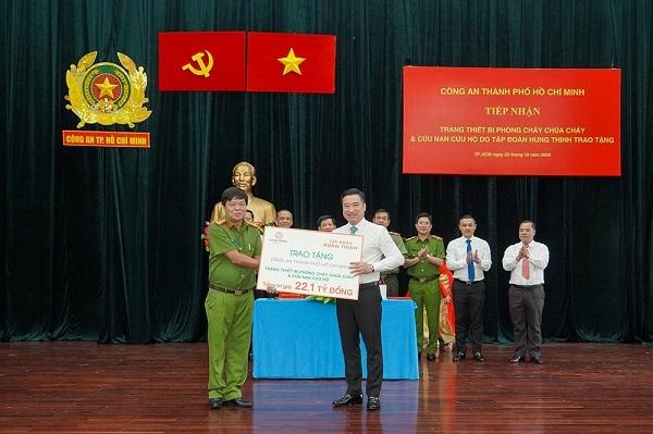 Ông Nguyễn Đình Trung trao bảng tượng trưng trang thiết bị PCCC và CNCH trị giá 22,1 tỷ đồng cho Đại tá Nguyễn Thanh Hưởng.